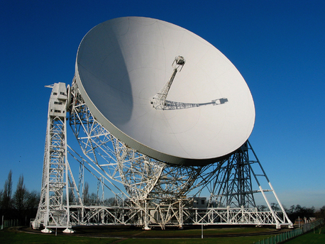 Das Lovell-Teleskop des englischen Jodrell-Bank-Observatoriums, ist mit einem Durchmesser von 76 Metern immer noch das drittgrößte voll bewegliche Radioteleskop der Erde. Die langjährigen hier beschriebenen Pulsar-Beobachtungsreihen wurden mit diesem Teleskop vorgenommen.