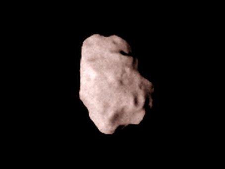 Planetoid Lutetia, fotografiert aus 80.000 Kilometer Entfernung beim Anflug von Rosetta.
