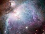 """Der Orionnebel ist eines der bekanntesten Himmelsobjekte überhaupt. Doch viel wichtiger als sein unverwechselbares Erscheinungsbild ist für die Astronomen, dass der Nebel ihnen die Gelegenheit bietet, ein großes Sternentstehungsgebiet aus der Nähe zu betrachten, an dem sich vieles über die Geburt und die Entwicklung von Sternen lernen lässt. Diese Aufnahme des Orionnebels wurde aus Einzelbildern erstellt, die mit dem MPG/ESO 2,2-Meter-Teleskop am La Silla Observatorium in Chile aufgenommen und von Igor Chekalin aus Russland für den Fotowettbewerb """"ESO's Hidden Treasures 2010"""" zusammen gestellt wurden. Chekalins Version des Orionnebels landete auf Platz 7 des Wettbewerbs; er selbst wurde mit einer anderen Einsendung sogar Gesamtsieger."""