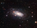 Auf den ersten Blick sieht die helle Galaxie NGC 3621  hier mit dem Wide Field Imager am MPG/ESO 2,2-Meter-Teleskop am La Silla Observatorium in Chile eingefangen  wie ein Musterbeispiel fr eine klassische Spiralgalaxie aus. In Wirklichkeit ist die Galaxie aber eher ungewhnlich: Sie besitzt keine zentrale Verdickung (Bulge) und ist damit eine so genannte Pure-Disc-Galaxie.