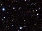 Les astronomes ont utilisé une armada de télescopes au sol et dans l'espace, dont le Very Large Telescope de l'ESO à l'Observatoire Paranal au Chili afin de découvrir et de mesurer la distance par rapport à la Terre de l'amas de galaxies évolué le plus éloigné jamais trouvé. Bien que cet amas soit observé lorsque l'Univers avait moins d'un quart de son âge actuel, il ressemble étonnamment aux amas de galaxies que l'on observe actuellement dans l'Univers local.