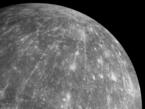 Das Bild wurde am 6. Oktober 2008 mit der Stereokamera MDIS (Mercury Dual Imaging System) im Vorbeiflug aufgenommen und zeigt den Krater Hokusai. Große Areale konnten bereits bei drei Vorbeiflügen der Sonde aufgezeichnet werden, die Aufnahmen aus der Umlaufbahn werden die letzten noch verbliebenen Flecken auf der Merkur-Landkarte abdecken.