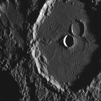Machaut, ein etwa hundert Kilometer großer Krater, wurde offenbar durch Lava aus dem Planeteninneren aufgefüllt. Der Kraterboden ist bemerkenswert flach, die erstarrten Lavaschichten deutlich zu erkennen.