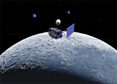 Künstlerische Darstellung der japanischen Mondsonde Selene am Mond