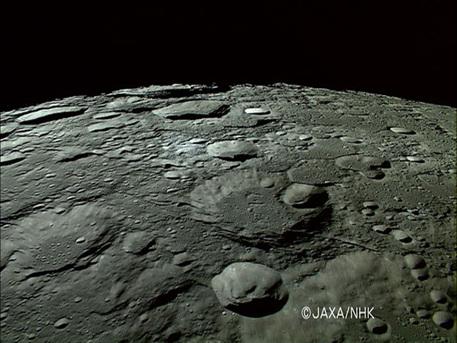 Standbild aus einer hochaufgelösten Videosequenz, die die japanische Mondsonde Selene an der Nordpolregion des Erdtrabanten aufnahm.