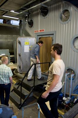 Das Team besichtigt zusammen die Mars500 Anlage