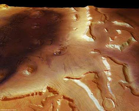 Dieses Foto der Marsregion Deuteronilus Mensae zeigt links im Bild den Rest eines alten Einschlagskraters, in den von rechts Täler einmünden. In ihnen lassen sich deutliche Fließspuren erkennen. Sie entstanden durch so genannte Blockgletscher - Eisströme
