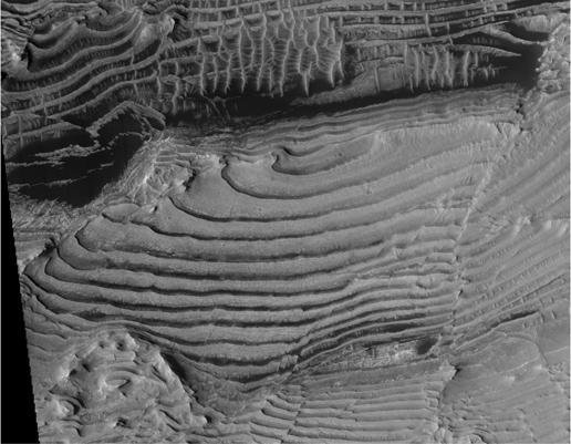 Dieses Bild ziegt die verschiedenen sedimentierten Gesteinsschichten, in welchen die Schichten einer Serie alle ungefähr dieselbe Dicke haben