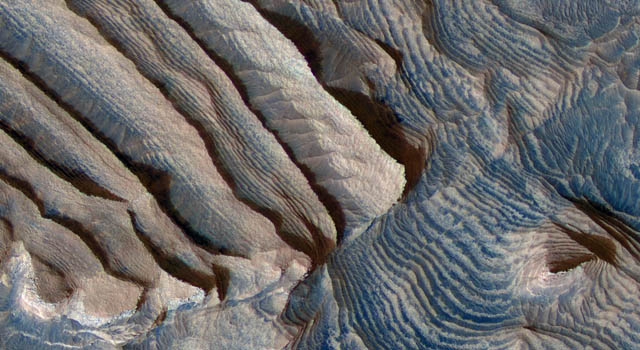 Die Stufen sind jeweils mehrere Meter hoch, jeweils zehn Stufen bilden ein sich regelmäßig wiederholendes Muster. Aufgenommen vom Mars Reconnaissance Orbiter der NASA