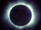 Bei einer totalen Sonnenfinsternis wird die Korona sichtbar.