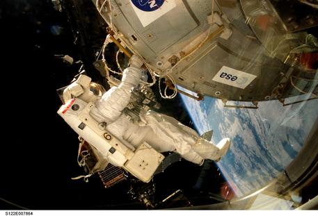 NASA-Astronaut Rex Walheim beim ersten Außenbordeinsatz der Columbus-Mission am 11. Februar 2008. Zusammen mit seinem Kollegen, montierte Walheim das Europäische Forschungslabor Columbus an der Internationalen Raumstation ISS.