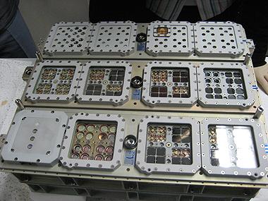 Das vollständig mit Proben bestückte Experiment EXPOSE-R, kurz vor dem Transport nach Moskau. Die nach der Mission gewonnenen Ergebnisse können dazu beitragen, mehr über die Entstehung, die Evolution und die Ausbreitung von Leben zu verstehen.