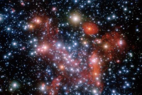 Blick ins Zentrum unserer Heimatgalaxie, der Milchstraße. Die Aufnahme wurde mit adaptiver Optik am VLT im nahen Infrarot bei drei Wellenlängen gewonnen. Man erkennt heiße blaue neben kühleren roten Sternen sowie rotleuchtende Gaswolken.