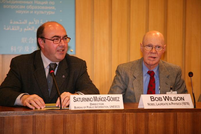 Saturnini Munoz-Gomez und Physik-Nobelpreisträger Bob Wilson auf der IYA-Pressekonferenz