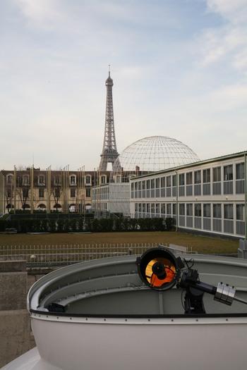 """""""Golden Eye"""" vor dem UNESCO-Gebäude. Im Hintergrund, der Eiffelturm."""