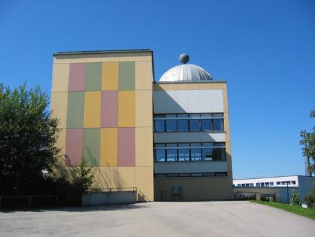 Das Planetarium und die Sternwarte der Astronomischen Vereinigung Augsburg befinden sich auf dem Dach der Volksschule Diedorf.