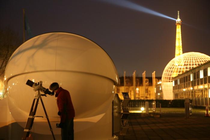 Nächtliche Beobachtung vor Eiffelturm: Auch aus der Großstadt heraus ist Astronomie möglich!