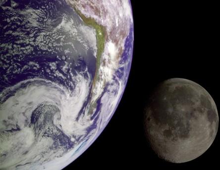 Fotomontage von Erde und Mond: Die Durchmesser der Himmelskörper sind etwa im gleichen Maßstab abgebildet; der Mond ist aber in Wirklichkeit rund 30 Erddurchmesser von der Erde entfernt.