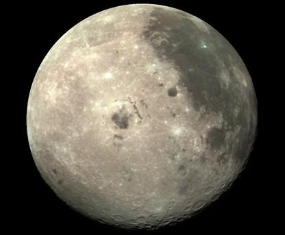 Das Bild wurde von der Raumsonde Galileo aufgenommen, als sie 1990 am Mond vorbei flog. Dabei konnte Galileo die Mondoberfläche aus einem Blickwinkel betrachten, der von der Erde aus nicht möglich ist, weil der Mond der Erde stets die gleiche Seite zeigt.
