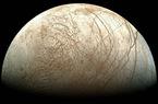 """Unter den """"Galileischen Monden"""" ist Europa der kleinste, sein Durchmesser entspricht mit 3122 km  knapp 90 Prozent desjenigen unseres Mondes. Die Temperaturen auf der Oberfläche liegen zwischen -160 Grad Celsius am Äquator und -220 Grad an den Polen."""