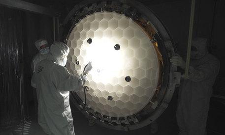 Der Spiegel des Kepler Weltraumteleskops (hier bei Tests vor der Integration) wird auch geringste Helligkeitsschwankungen an Sternen registrieren - ein Hinweis auf den Vorübergang eines Planeten.