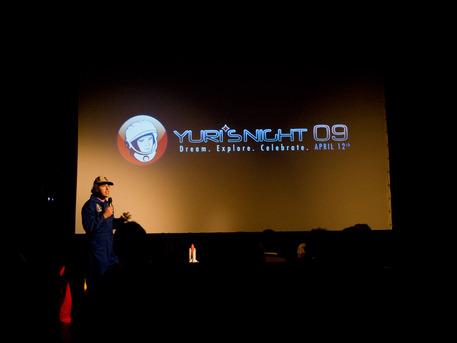 """Johannes Grenzfurthner vom österreichischen Kunst-Technologie-Philosophie-Kollektiv """"monochrom"""" eröffnet die Yuris Night 2009 im Schikaneder-Kino, Wien."""