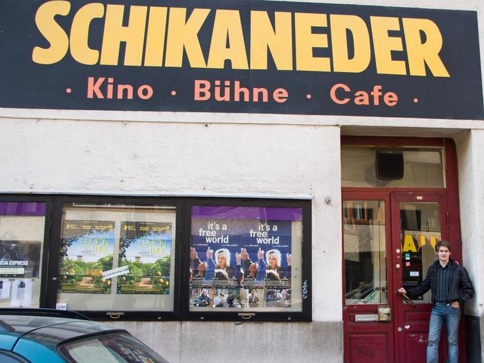 Filmemacher Sebastian Voltmer vor dem Schikaneder in Wien.