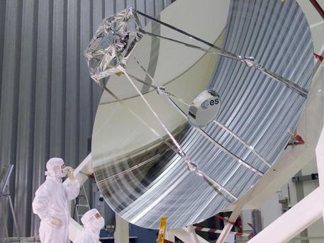 Das Teleskop Herschel wird hier von Experten inspiziert. Es arbeitet im Infrarot-Bereich und soll schwächste Wärmestrahlen von Sternen und Galaxien wahrnehmen. Mit einem Spiegel von 3,5 Metern Durchmesser ist das Teleskop das größte seiner Art. Der Start des Satelliten, der dieses  Teleskop tragen wird, ist für den 14. Mai 2009 geplant.