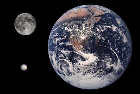 Die maßstabsgetreue Fotomontage zeigt den Planeten Erde, den Erdmond und den Asteroiden Ceres. Letzterer gehört seit 2006 zur Klasse der Zwergplaneten.