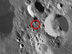 Die vorhergesagte Einschlagsstelle der Kaguya-Sonde bei 63 Grad Süd und 80 Grad Ost ist auf diesem Mosaikbild mit einem roten Kreis bezeichnet. Das Bild stammt von der europäischen Mondsonde SMART-1, die ihrerseits am Ende der Mission im Jahr 2006 auf den Mond stürzte.