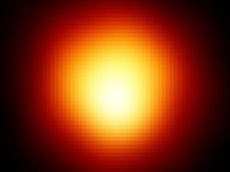 """Beteigeuze, auch Alpha Orionis genannt, ist durch seine Größe und Nähe einer der wenigen Sterne, die vom Weltraumteleskop Hubble aufgelöst werden können und nicht bloß als Lichtpunkt erscheinen. Er bildet die """"Schulter"""" des Sternbilds Orion uns ist dort mit bloßem Auge als heller rötlich-gelber Stern auszumachen."""