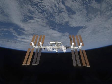Die Internationale Raumstation ISS, nach dem Besuch vom Space Shuttle Discovery aus gesehen.