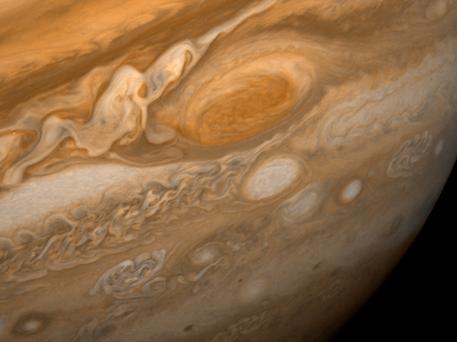 Der Große Rote Fleck ist ein riesiger Wirbelsturm in der Atmosphäre des Jupiter. Diese Aufnahme machte die Raumsonde Voyager 1 im Jahr 1979, als sie sich in neun Millionen Kilometer Entfernung vom Jupiter befand.