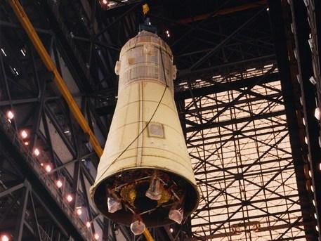 1. Mai 1969: Die komplette Kombination aus Mondlandefähre und Apollo-Mutterschiff wird im Vehicle Assembly Building von Cape Canaveral auf die Spitze der Saturn 5 gehievt. Die Mondlandefähre ist fast vollständig von der aerodynamischen Verkleidung der Raketenspitze verdeckt. Lediglich die (noch zusammengefalteten) Landebeine schauen unten heraus.