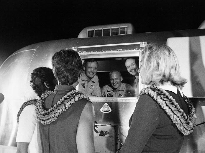 27. Juli 1969: Nach der Landung mussten die Astronauten einige Tage in Quarantäne - eine Sicherheitsvorkehrung gegen eventuelle Mondmikroben. Drei Tage nach der Landung (am 24. Juli) wurde der Quarantäne-Trailer in der Ellington Airforce Base aus dem Transportflugzeug geladen, und die Ehefrauen konnten ihre Männer begrüßen. Küsschen waren allerdings nicht möglich.