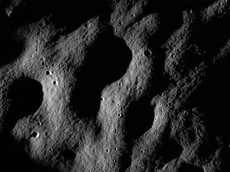 """Eines der ersten LRO-Bilder: Krater südlich der Region """"Mare Nubium"""""""