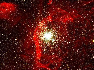 NGC 1850 ist ein Doppelhaufen in der Großen Magellanschen Wolke, einer Satellitengalaxie unserer Milchstraße. Dieser Haufen gehört zu einer Klasse von Objekten, die als junge, Kugelsternhaufen-artige Sterngruppen bekannt sind. NGC 1850 hat einen 40 Millionen Jahre alten Haupthaufen und einen jüngeren, kleineren Haufen von etwa 4 Millionen Jahren. In den vergangenen 20 Millionen Jahren sind in dem Haupthaufen etwa 1.000 Sterne als Supernovae explodiert.
