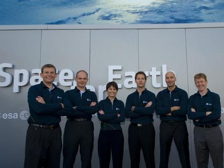 Die Astronauten-Grundausbildung wird Alexander Gerst zusammen mit seinen fünf Team- Kollegen aus Frankreich, Italien, Großbritannien und Dänemark absolvieren (von links nach rechts: Andreas Mogensen, Alexander Gerst, Samantha Cristoforetti, Thomas Pesquet, Luca Parmitano, Timothy Peake). Das Foto entstand im Rahmen der Paris Air Show 2009 in Le Bourget.