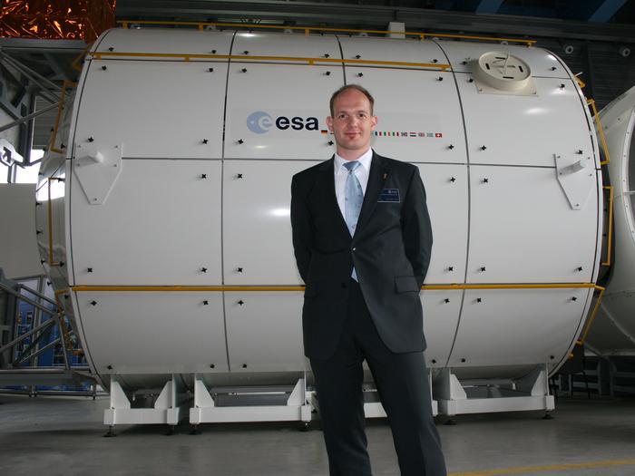 """Der """"Neue"""", immer ein sympathisches Lächeln im Gesicht: Alexander Gerst vor dem Columbus-Modul."""