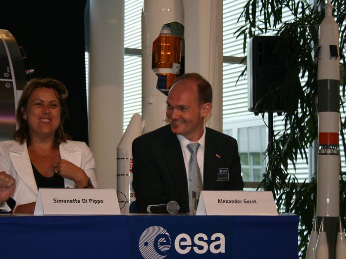 Simonetta di Pippo, ESA-Direktorin für bemannte Raumfahrt, und ihr neuer Schützling Alexander Gerst bei dessen offizieller Vorstellung.