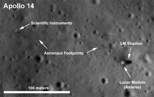 Vom Platz des Landemoduls von Apollo 14 liegt eine ziemlich detaillierte Aufnahme in höherer Auflösung vor. Auf ihr sind sogar die Fußspuren der Astronauten zu erkennen.