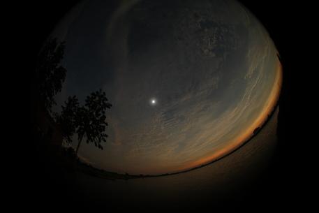 Ein erstes Foto der totalen Sonnenfinsternis in China vom Team Baader Planetarium, das einige Kilometer südlich von Wuhan relativ gute Bedingungen zur Beobachtung fand.