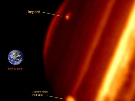 Das Infrarot-Bild getroffen mit Keck II zeigt Jupiter und seine relative Größe im Vergleich zur Erde.