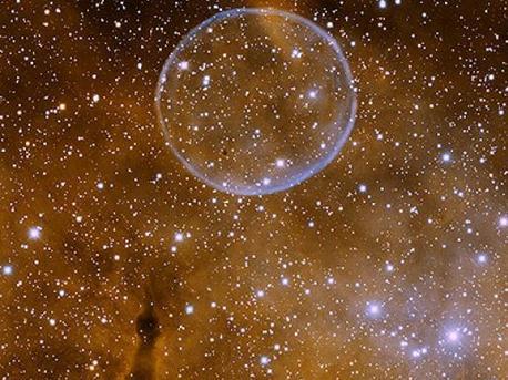 """Inoffiziell bekannt als """"Soap Bubble-Nebula"""" wurde dieser Planetarische Nebel (offiziell bekannt als PN G75.5 1,7) vom Amateurastronom Dave Jurasevich am 6. Juli 2008 entdeckt. Dieses Bild wurde am 19. Juni 2009 mit einem H-alpha-(orange) und [OIII] (blau) Schmalband-Filter mit dem Kitt Peak Mayall 4-Meter-Teleskop aufgenommen. In diesem Bild, ist Norden auf der linken Seite, und Osten unten."""