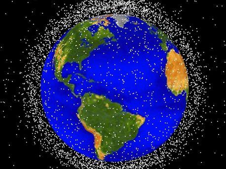 Die computergenerierte Darstellung zeigt die Objekte an, deren Flugbahn zurzeit überwacht wird. Die Größe der weißen Markierungspunkte ist natürlich nicht maßstabsgetreu.