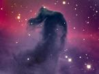 Der Pferdekopfnebel ist eine dunkle Wolke aus Gas und kosmischem Staub. Mehr als 1000 Lichtjahre entfernt, versperrt er die Sicht auf dahinter liegende Sterne und Emissionsnebel.