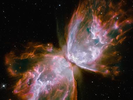 So schön kann ein Stern sterben: Mit der unglaublichen Geschwindigkeit von fast einer Million Kilometer pro Stunde stößt er im planetarischen Nebel NGC 6302 in einem letzten Aufbäumen riesige Gaswolken aus, die an einen Schmetterling erinnern.
