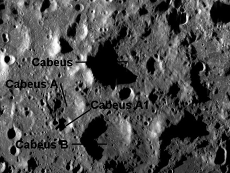 Das Südpolgebiet des Mondes, in dem die Forscher die größten Vorkommen an Wasser vermuten. Krater Cabaeus ist nun das ausgewählte Ziel für den Einschlag der LCROSS-Raketenstufe.