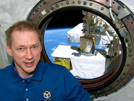 ISS020-E-042286 (24 de septiembre 2009) --- Frank De Winne (astronauta de la ESA), ingeniero de vuelo de la Expedición 20, posa para una foto, cerca de una ventana en el laboratorio Kibo de la Estación Espacial Internacional.