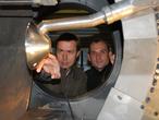 Haben das Heck der Lande-Kapsel als eine besonders kritische Stelle ausgemacht: Dr. Klaus Hannemann (links) und Dr. Jan Martinez Schramm am Modell im Windkanal.